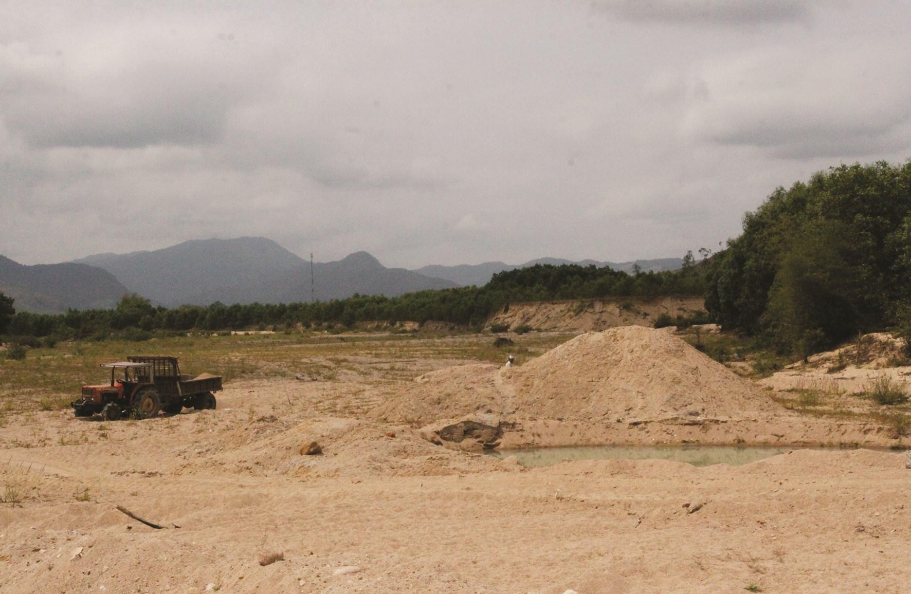 Các đối tượng khai thác lậu dùng xe độ chế để chở cát đi tiêu thụ.
