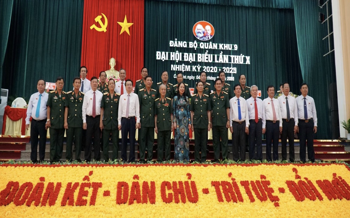 Các đồng chí Lãnh đạo Bộ Quốc phòng chụp ảnh lưu niệm với Lãnh đạo Đảng ủy, Bộ Tư lệnh QK9 và lãnh đạo Đảng ủy Quân sự các tỉnh, thành trên địa bàn Quân khu