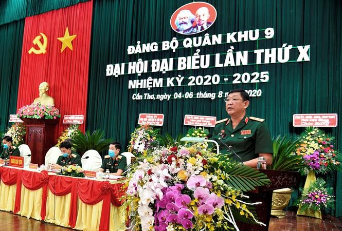 Trung tướng Huỳnh Chiến Thắng - Ủy viên Trung ương Đảng, Chính ủy Quân khu, Bí thư Đảng ủy Quân khu 9 nhiệm kỳ 2020-2025 phát biểu tại Đại hội.