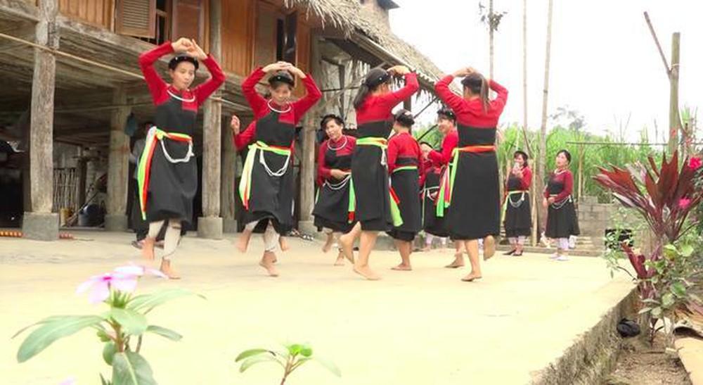 Một điệu múa của dân tộc Cao Lan.