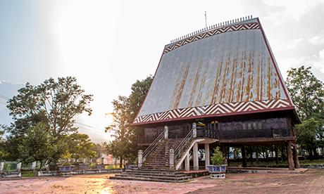 Nhà rông văn hóa huyện Sa Thầy, nơi đang trưng bày nhiều hiện vật có giá trị văn hóa lẫn lịch sử. Ảnh: ĐT