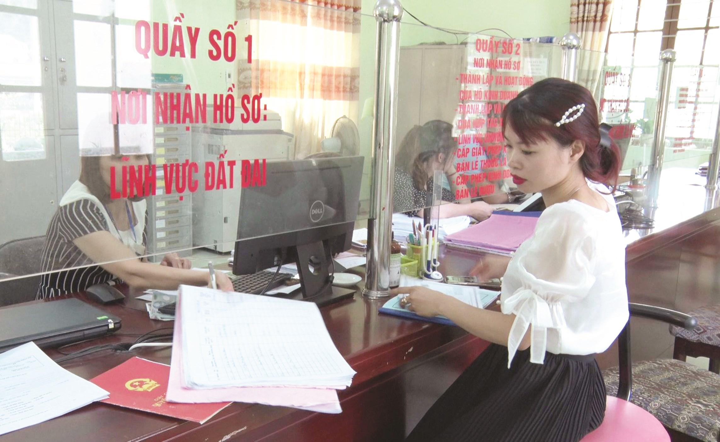 Đội ngũ công chức huyện Văn Quan hướng dẫn người dân làm thủ tục hành chính.
