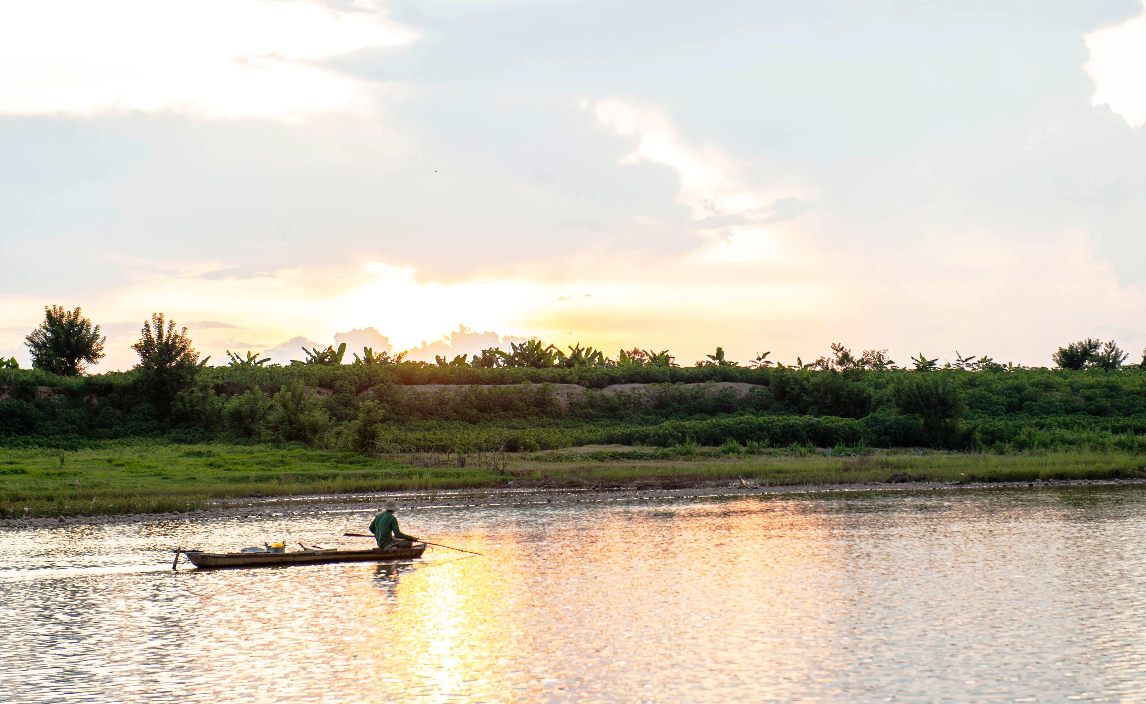Những người đàn ông trong làng Kon Drei chèo thuyền đi bắt cá. Ảnh: ĐT