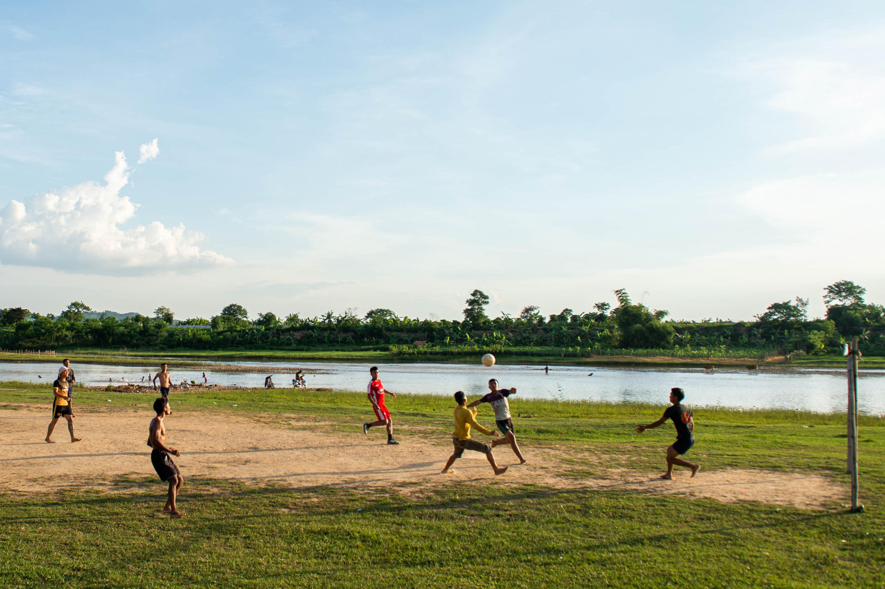 Thanh niên làng Kon Drei đá bóng ở bến sông. Ảnh: ĐT