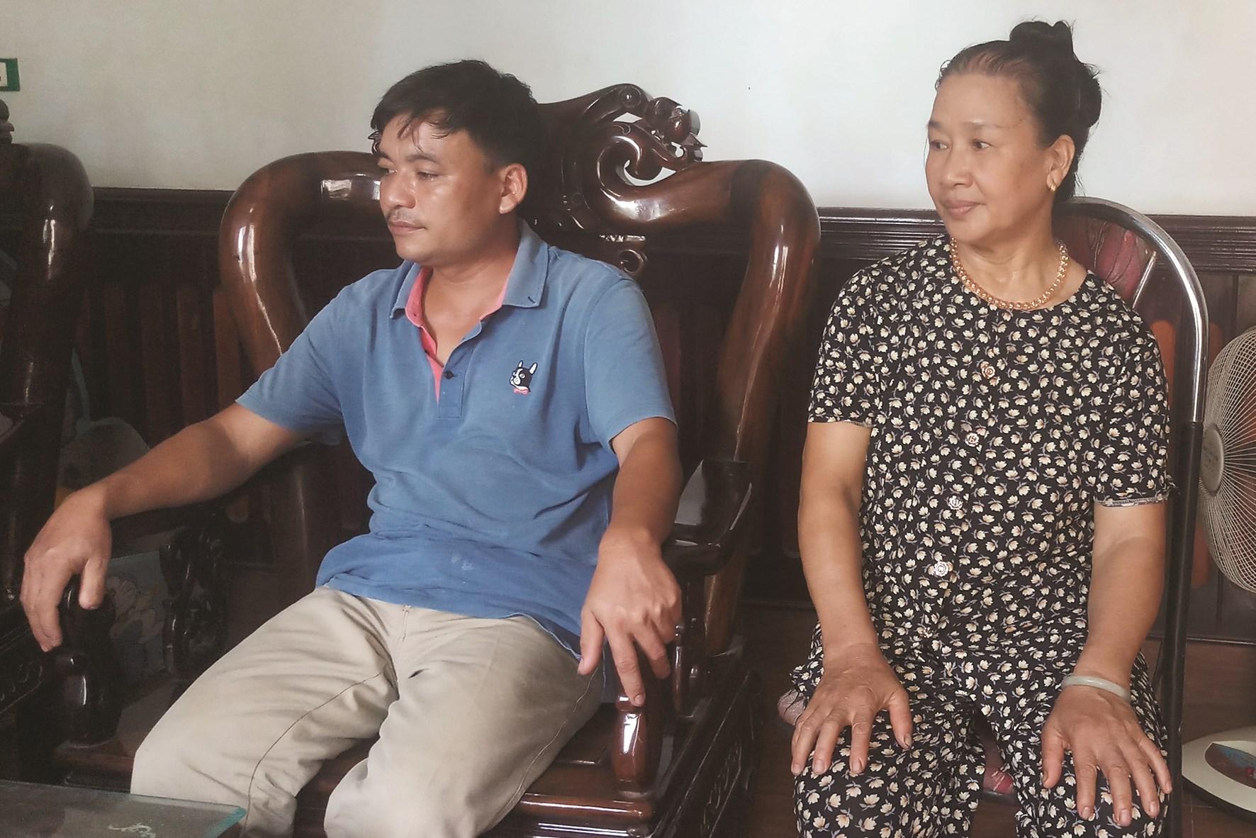 Bà Lại Thị Sang cùng con rể trình bày lại vụ việc