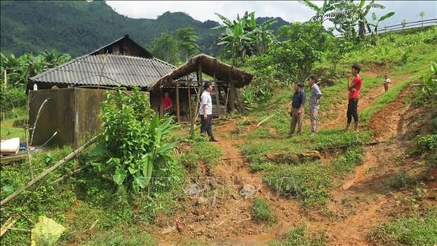 Cán bộ Phòng nông nghiệp huyện Sìn Hồ (Lai Châu) kiểm tra mức độ an toàn của các hộ gia đình nằm trong diện di dời. Ảnh: Việt Hoàng-TTXVN