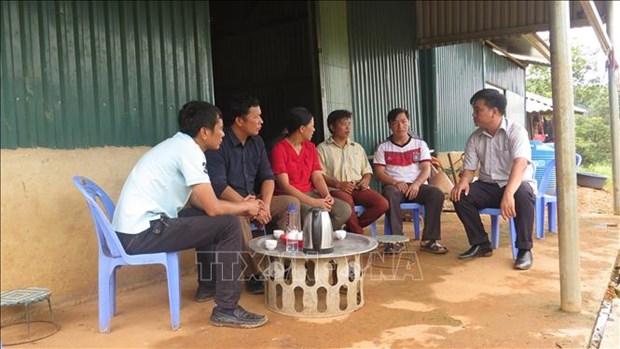 Cán bộ Phòng nông nghiệp huyện Sìn Hồ (Lai Châu) thăm các gia đình ở khu tái định cư bản Sáng Tùng, xã Tả Ngảo. Ảnh: Việt Hoàng-TTXVN