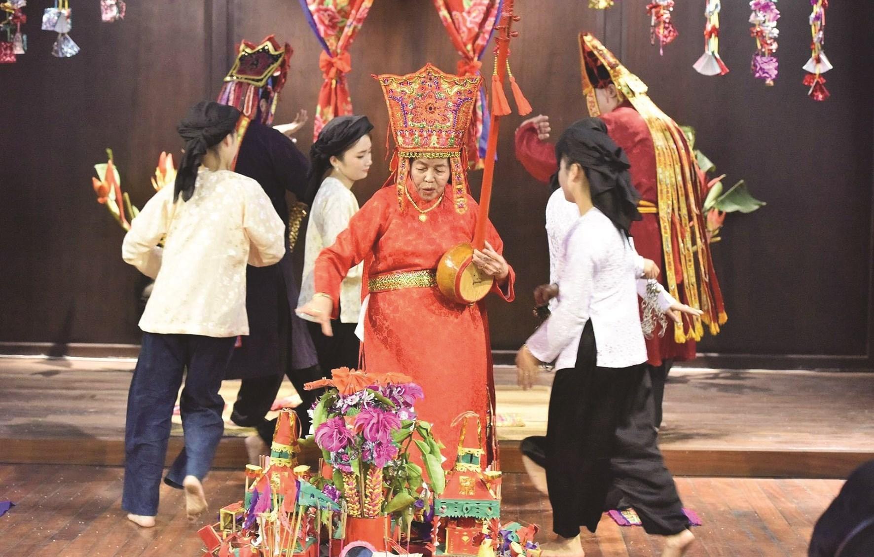 Nghệ nhân Then Nông Thị Lìm (ở giữa) được Chủ tịch nước phong tặng danh hiệu Nghệ nhân Ưu tú năm 2015