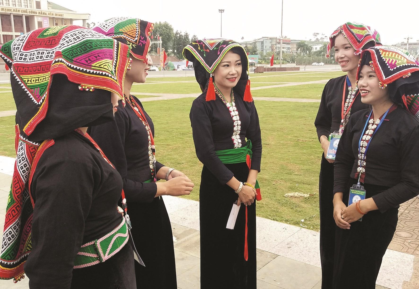 Phụ nữ dân tộc Cống với trang phụ truyền thống.