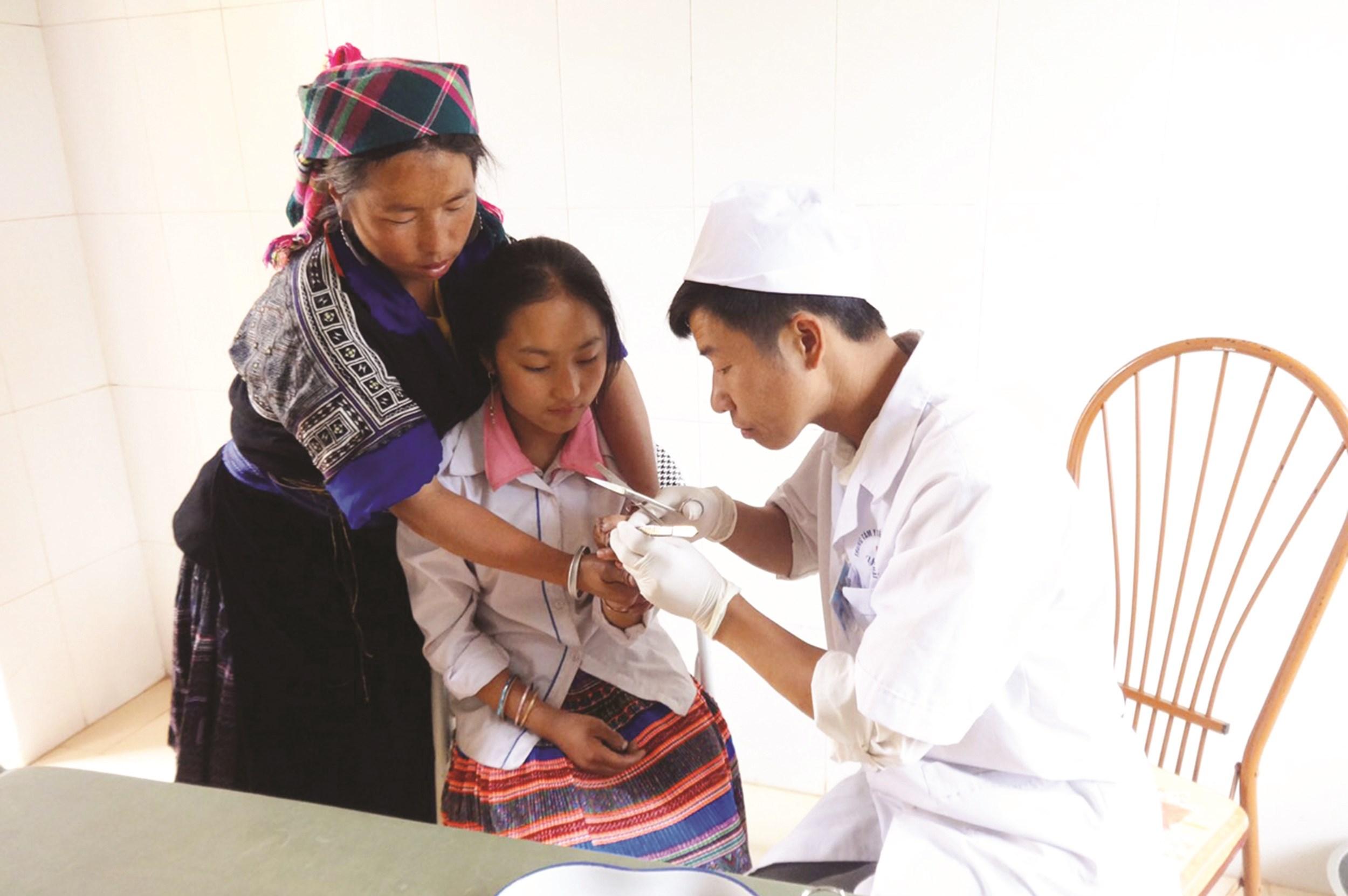 Cán bộ y tế cơ sở khám chữa bệnh cho bà con tại Trạm Y tế xã La Pán Tẩn