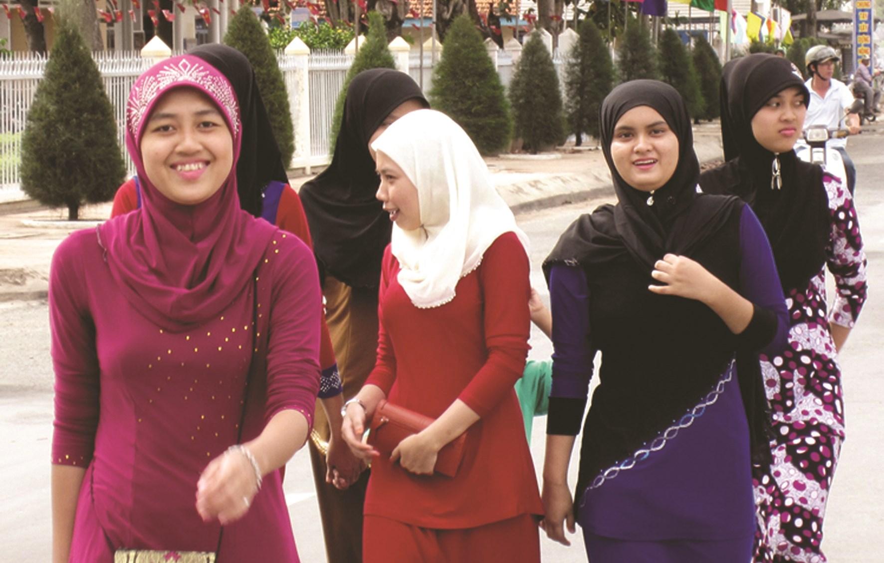 Thiếu nữ Chăm theo đạo Hồi Islam luôn trùm chiếc khăn mat'ra trên đầu