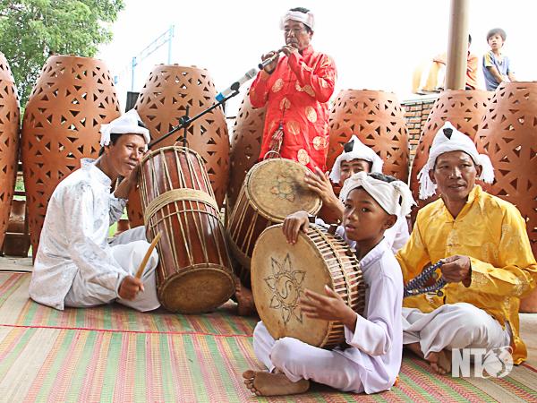 Các thành viên Câu lạc bộ Nhạc cụ Chăm khu phố Bàu Trúc biểu diễn nhạc cụ chào mừng du khách đến tham quan làng nghề.