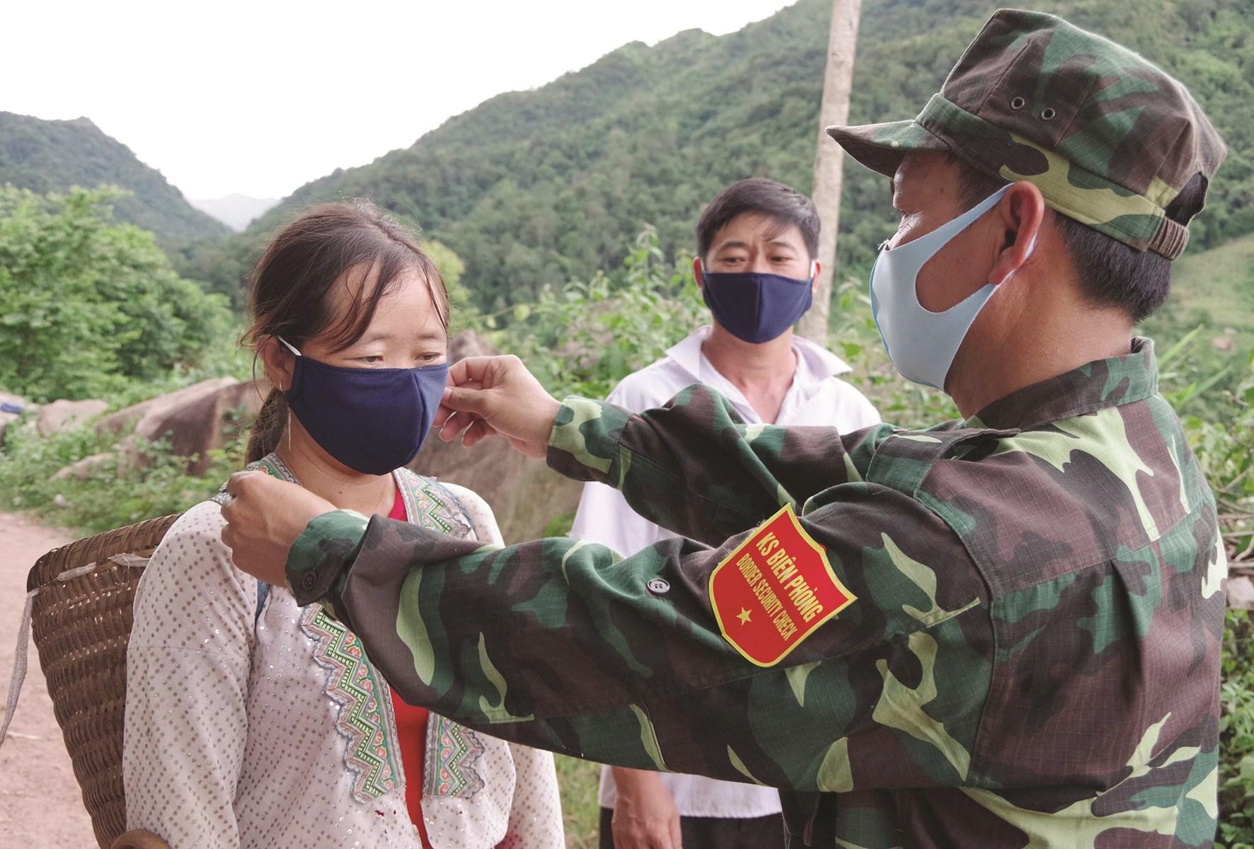 Bộ đội Biên phòng hướng dẫn người dân khu vực biên giới đeo khẩu trang đúng cách