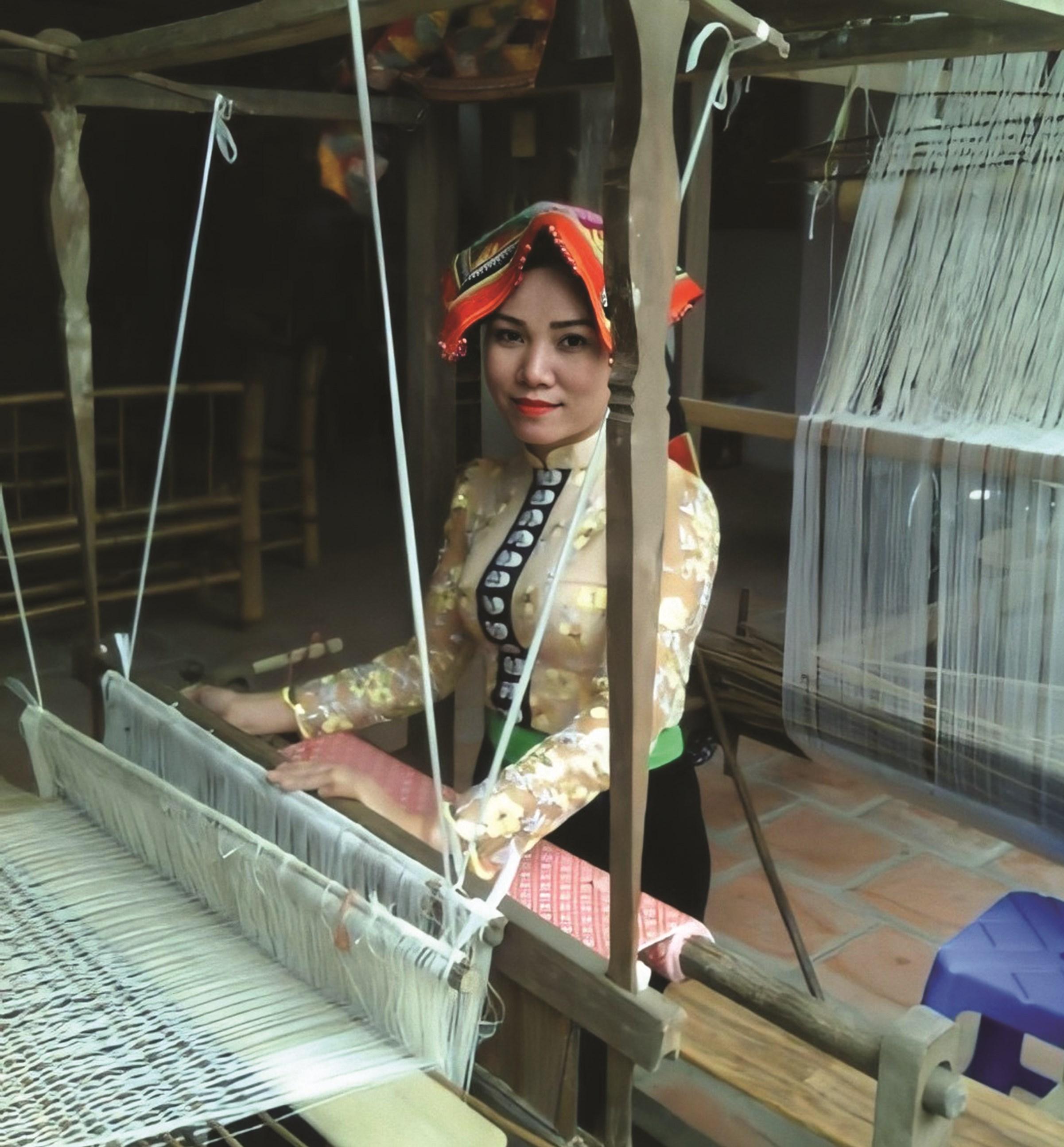 Nữ Giám đốc người Thái, Lò Thị Dị tâm huyết với nghề truyền thống. (Ảnh nhân vật cung cấp)