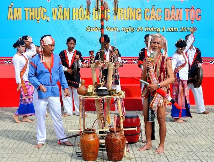 Nghệ nhân Lê Văn Ru (đứng bên phải, mang kiếm) trong lễ Mừng lúa mới (Quai Pthăi Brău) của người Chăm H'roi