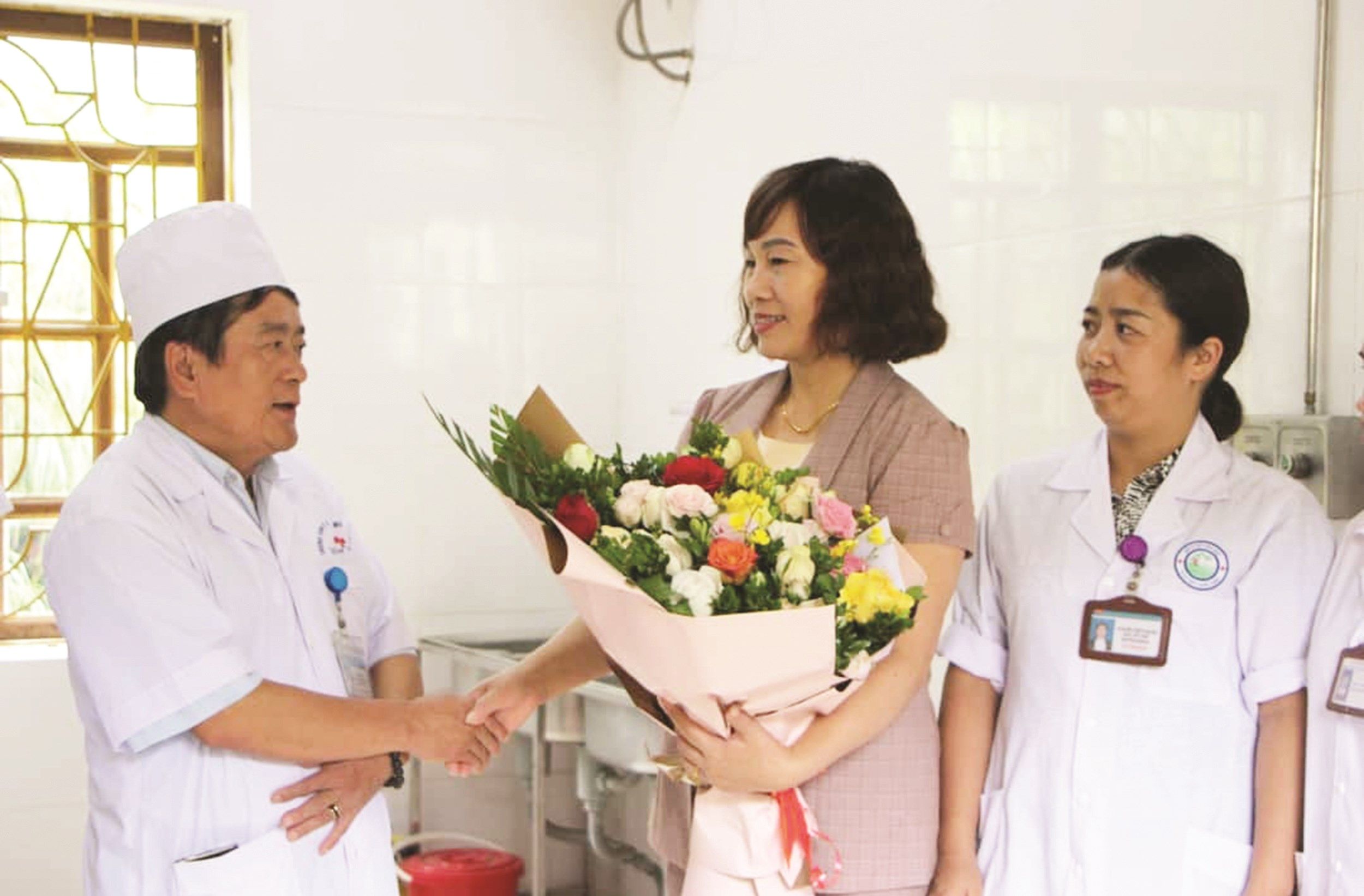 Phó Chủ tịch huyện Mù Cang Chải -Lương Thị Xuyến đến thăm và chúc mừng bác sĩ Cứ A Hồng nhân Ngày Thầy thuốc Việt Nam.