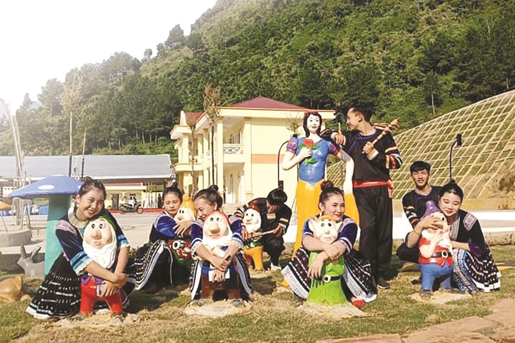 Ảnh chụp kỷ yếu với trang phục dân tộc của các em học sinh lớp 12A1 Trường THPT Quyết Thắng, TP. Lai Châu