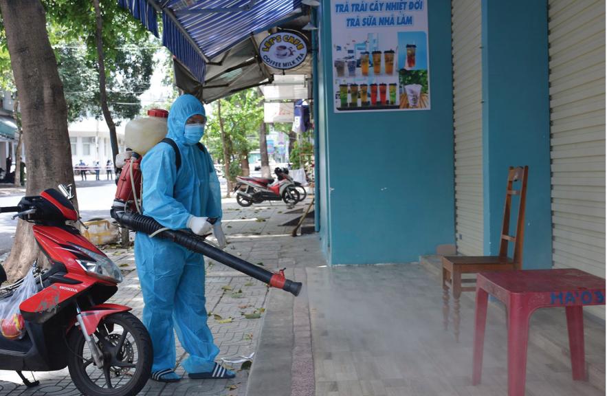 Phun hóa chất khử trùng các khu phố phong tỏa tại TP. Buôn Ma Thuột