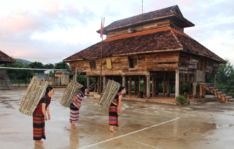 Nhà rông của người Brâu ở làng Đăk Mế, xã Pờ Y, huyện Ngọc Hồi. Ảnh: Nguyễn Hưng