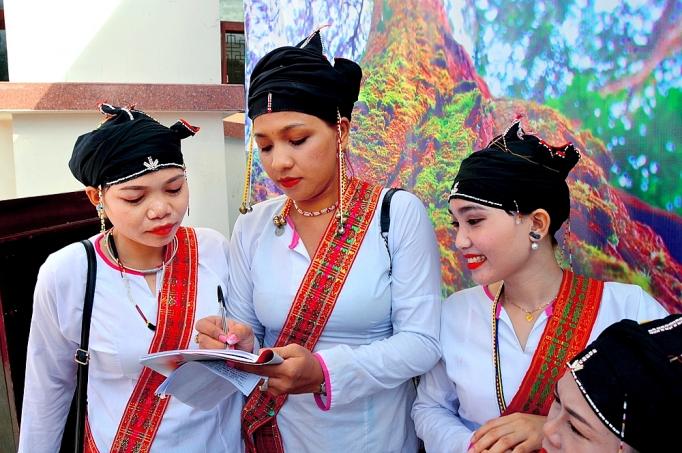 Trang phục truyền thống thiếu nữ Chăm H'roi
