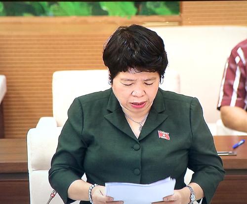 Chủ nhiệm Ủy ban về các vấn đề Xã hội Nguyễn Thúy Anh trình bày báo cáo thẩm tra tại Phiên họp. Ảnh: VGP/Nguyễn Hoàng