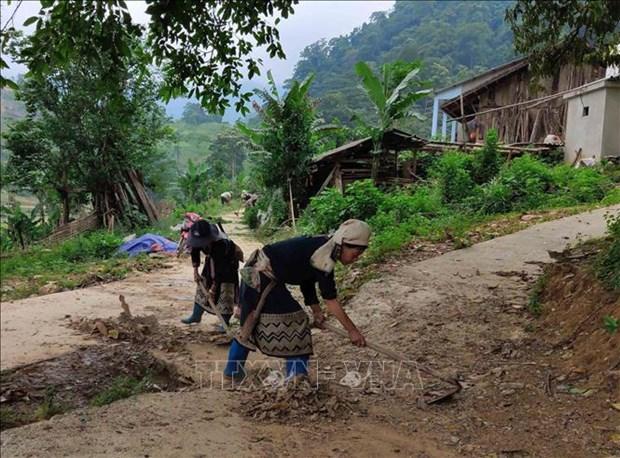Người dân xóm Hoài Khao vệ sinh sinh đường làng ngõ xóm, giữ môi trường sạch đẹp. Ảnh: Quốc Đạt - TTXVN