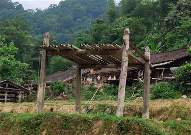 Người dân Hoài Khao vẫn giữ được những sàn gỗ dựng giữa đồng dùng làm nơi thực hiện nghi lễ cấp sắc cho những công dân mới trưởng thành. Ảnh: Quốc Đạt - TTXVN