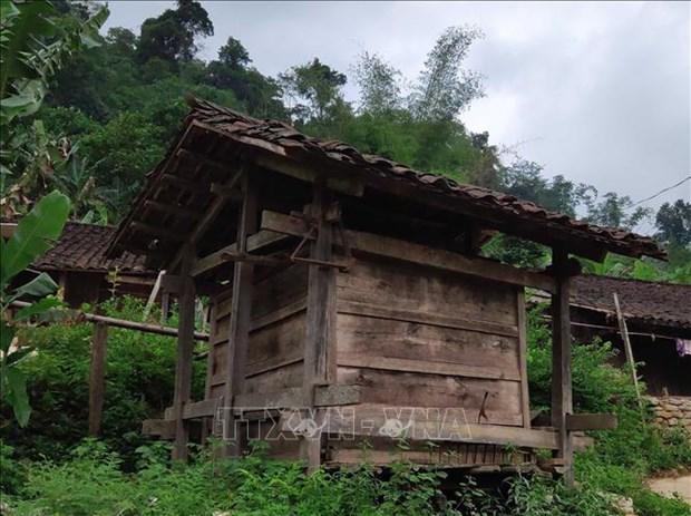Người dân xóm Hoài Khao không dùng bồ để chứa thóc, họ dựng những căn nhà gỗ nhỏ làm kho chứa, trông rất độc đáo, lạ mắt. Ảnh: Quốc Đạt - TTXVN