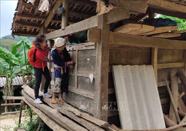 Du khách thích thú khám phá kho thóc của người Dao Tiền ở xóm Hoài Khao. Ảnh: Quốc Đạt - TTXVN