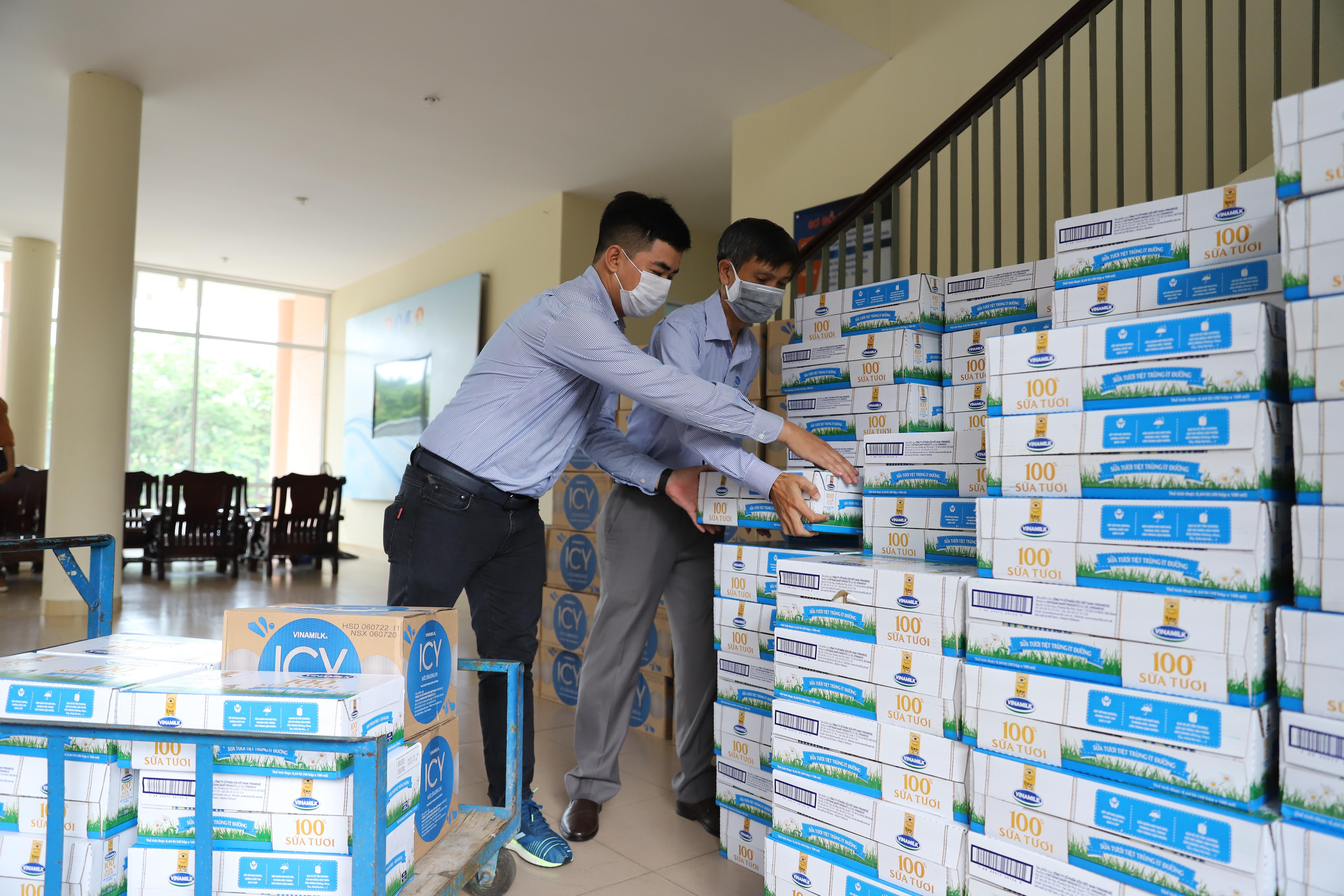 Mới đây Vinamilk cũng đã trao tặng 1 tỷ đồng các sản phẩm sữa cho các khu vực cách ly tập trung của Đà Nẵng, Quảng Nam và Quảng Ngãi