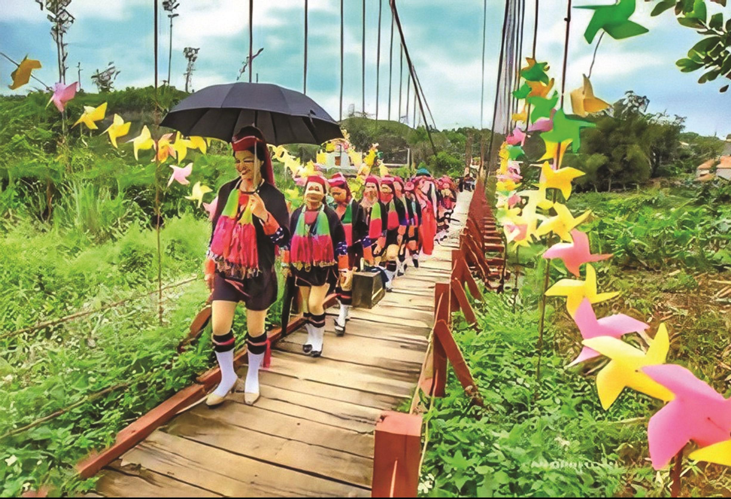 Trang phục truyền thống, văn hoá dân tộc Dao được chị Tằng Liên lưu giữ qua các video đăng trên Youtube.