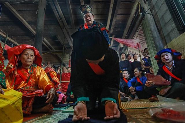 Tất cả các nghi thức đều phải tuân thủ từng nấc bước nghiêm ngặt buộc người hành lễ phải tuân theo.
