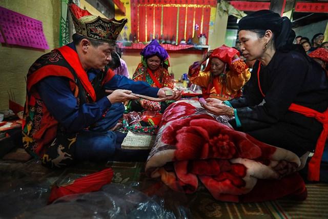 Lễ cấp sắc gần như hoàn thiện khi thầy tào bắt đầu với các thủ tục như lần lượt cấp trang phục là áo tổ sư, đai lưng...