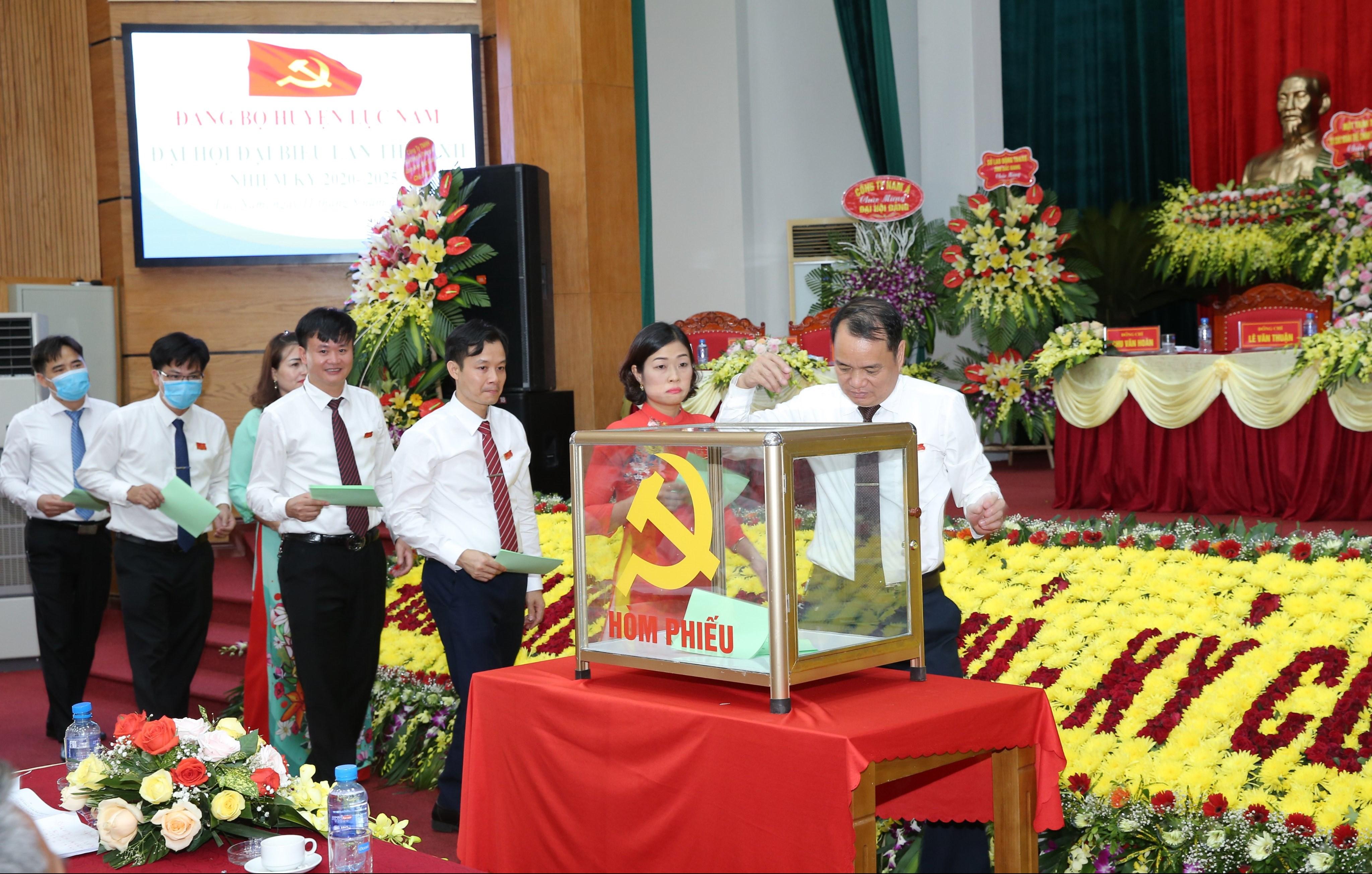 Các đại biểu bỏ phiếu bầu BCH Đảng bộ huyện khóa XXII, nhiệm kỳ 2020-2025