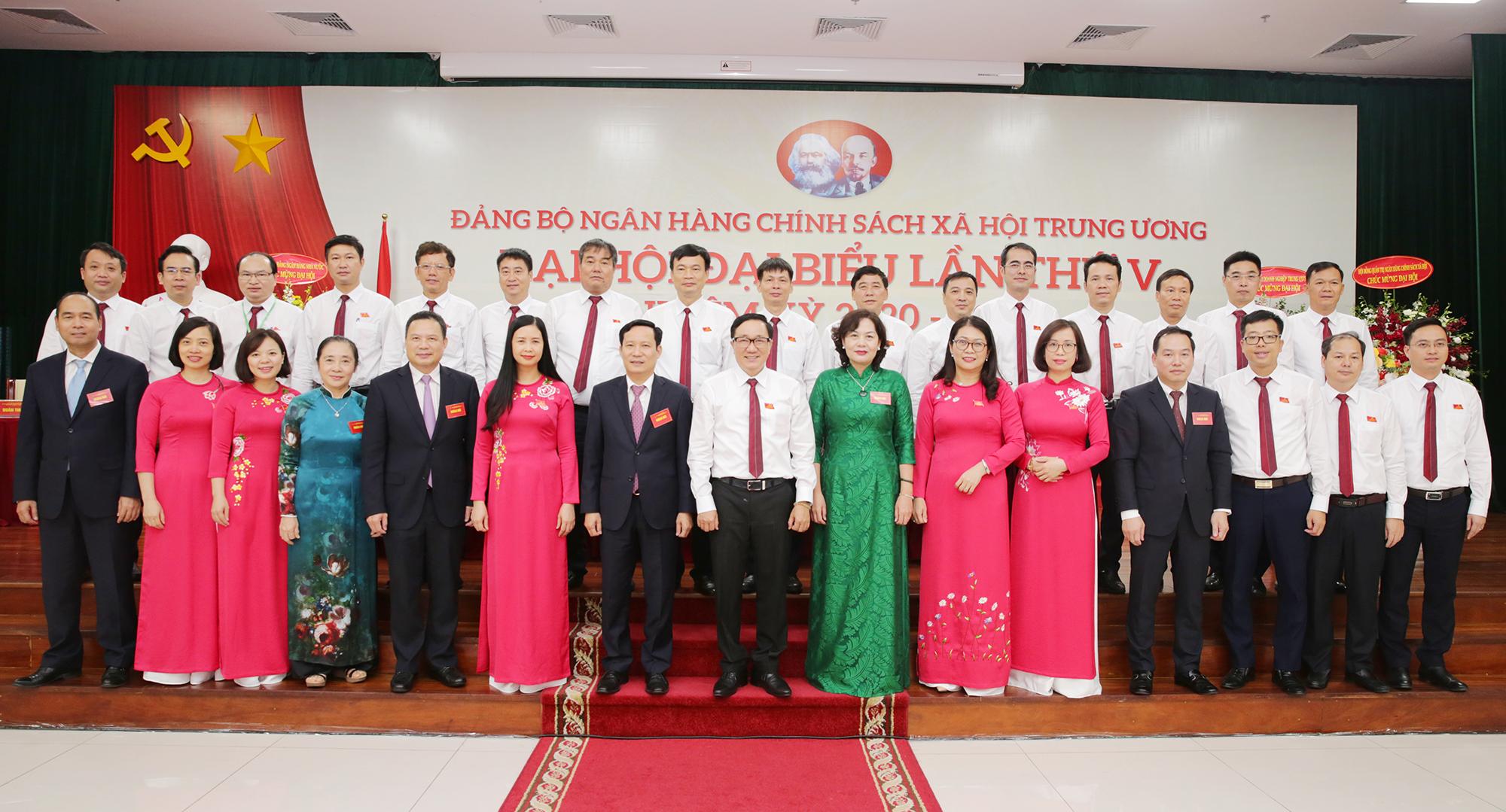 Lãnh đạo Đảng ủy Khối Doanh nghiệp Trung ương và các Bộ, ban, ngành chụp ảnh lưu niệm với Ban Chấp hành khóa mới của Đảng bộ NHCSXH Trung ương nhiệm kỳ 2020-2025