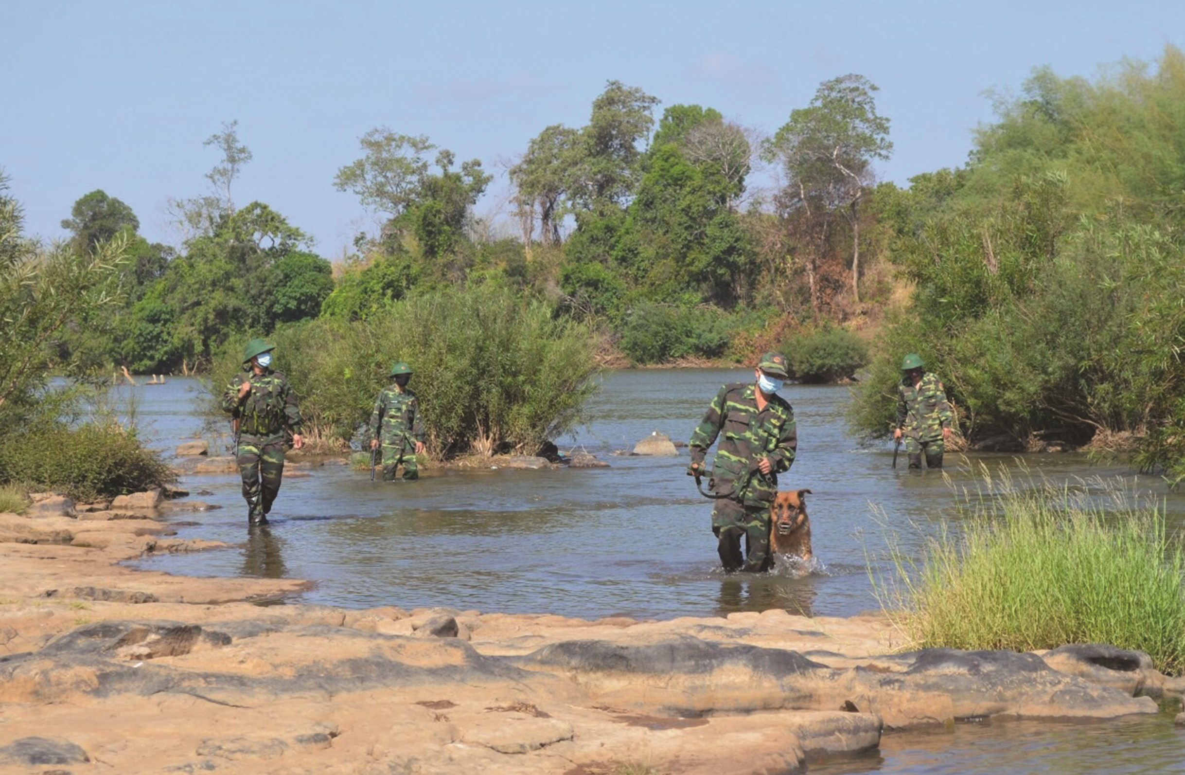 Cán bộ, chiến sĩ ĐBP Trà Lĩnh tuần tra, ngăn chặn người XNC trái phép trên biên giới
