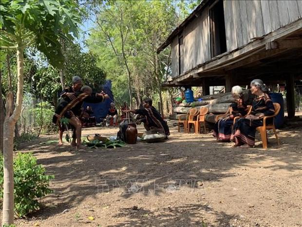 Lễ cúng cầu mưa của người Jrai ở Ayun Pa thường được tổ chức dưới nhà sàn của thầy cúng già nhất làng. Ảnh: Quang Thái - TTXVN