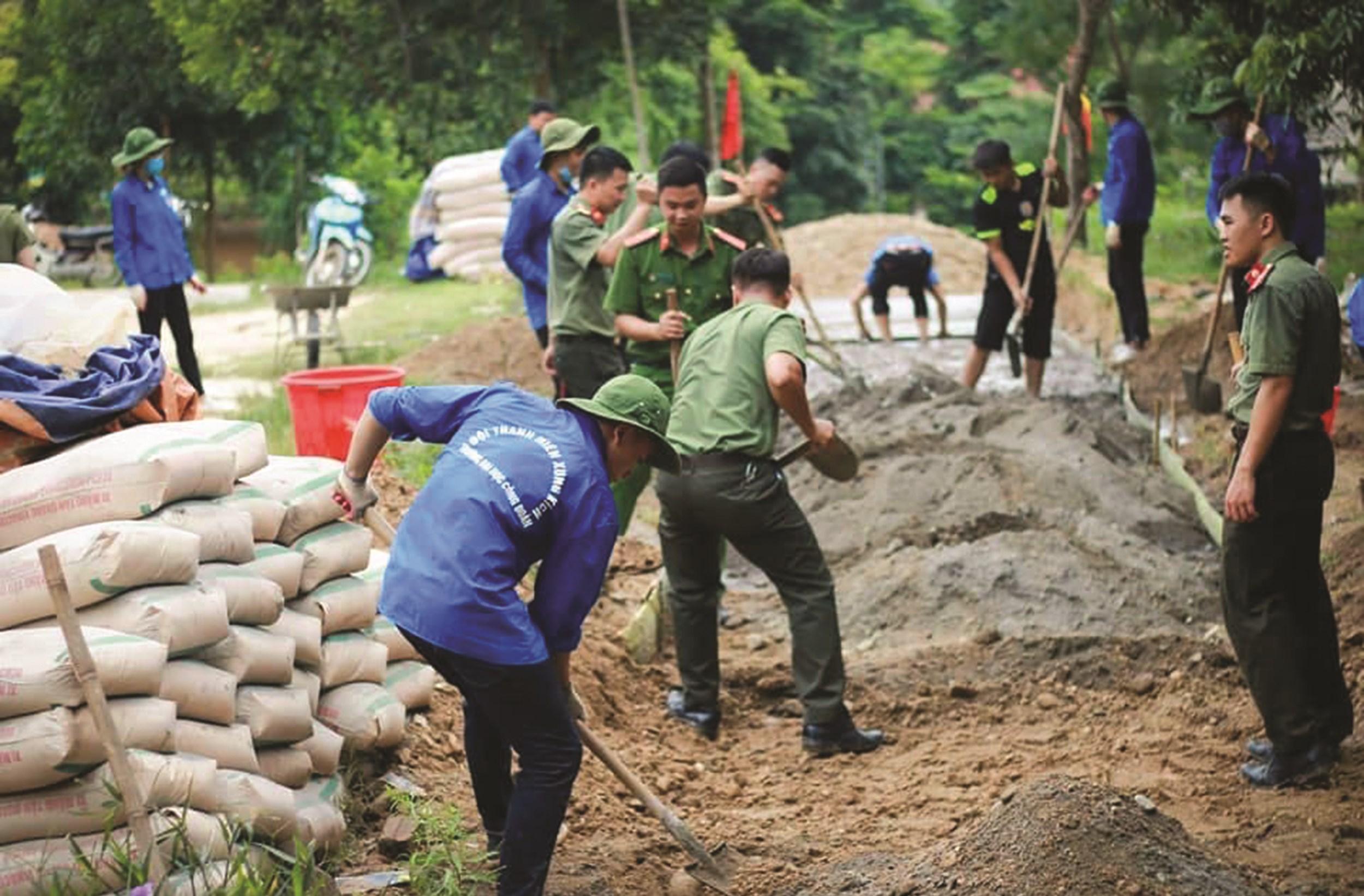 Đoàn TNTN trường Đại học Công Đoàn đổ bê tông đường liên thôn vào nhà văn hóa bản Nghiên.