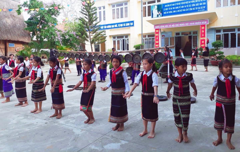 Đội cồng chiêng của Trường TH Võ Thị Sáu đang biểu diễn hòa nhịp cùng đội múa xoang. Ảnh: Trần Hà