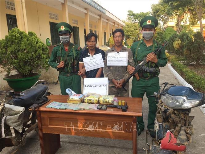 Hai đối tượng Thao Póc và Thao Say (cùng trú thôn Đăk Mế, xã Bờ Y, huyện Ngọc Hồi, tỉnh Kon Tum) bị bắt vào ngày 26/3 khi đang vận chuyển 3 kg ma túy đá. Ảnh: Cao Nguyên/TTXVN