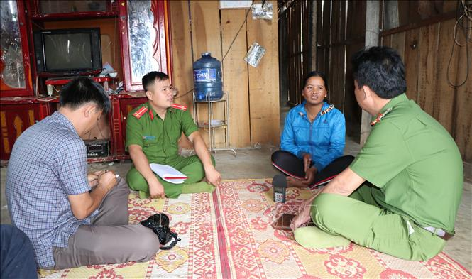 Lực lượng chức năng xã Pờ Y, huyện Ngọc Hồi, đến thăm hỏi, động viên gia đình đối tượng Thao Say – đã bị bắt vì tham gia vận chuyển 3kg ma túy đá. Ảnh: Cao Nguyên/TTXVN