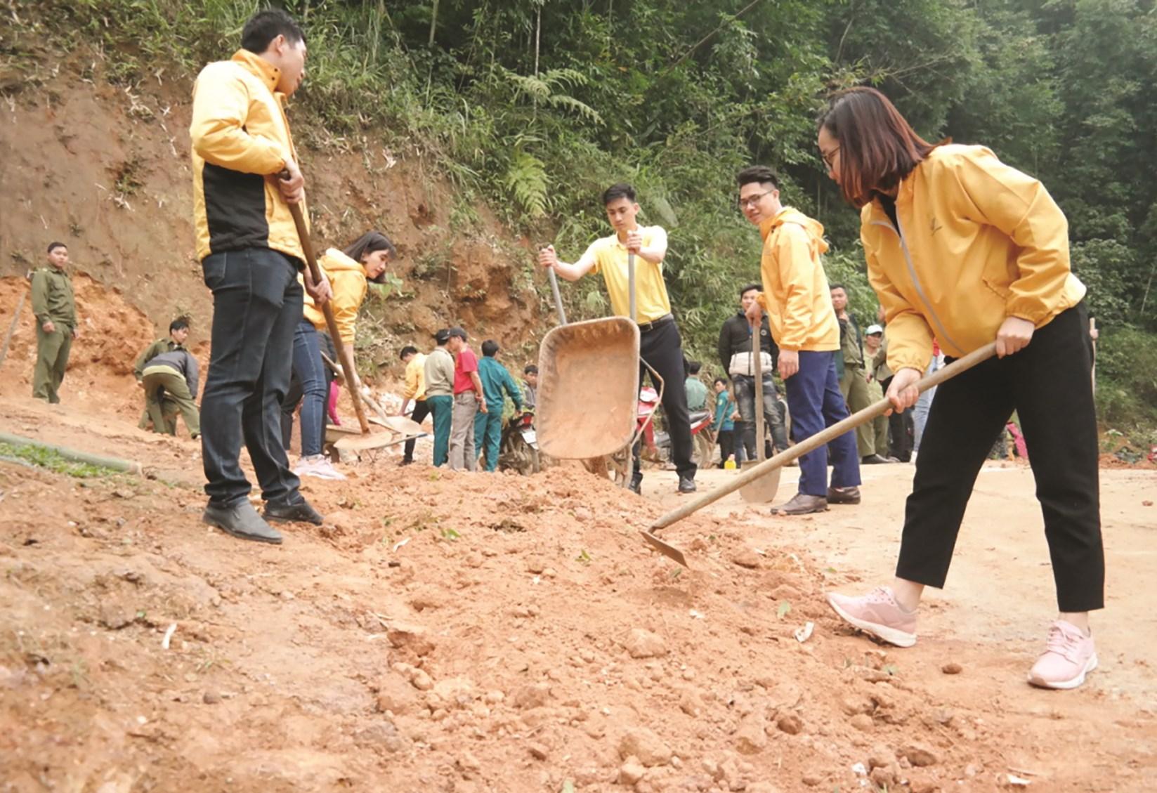 Cán bộ, nhân viên Bưu điện tỉnh Lào Cai đắp lề đường giao thông nông thôn tại tuyến đường thôn Làng Cù, xã Bản Cái, huyện Bắc Hà