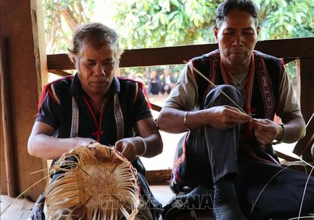 Những chiếc gùi dần dần được hình thành qua đôi bàn tay khéo léo của những người đàn ông trong làng. Ảnh: Hồng Điệp - TTXVN