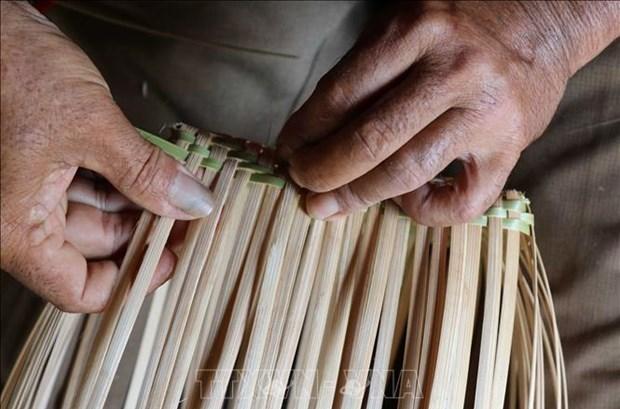 Ở chế độ mẫu hệ, người đàn ông có trách nhiệm trong gia đình thường được đánh giá qua đôi bàn tay khéo léo khi đan gùi. Ảnh: Hồng Điệp - TTXVN