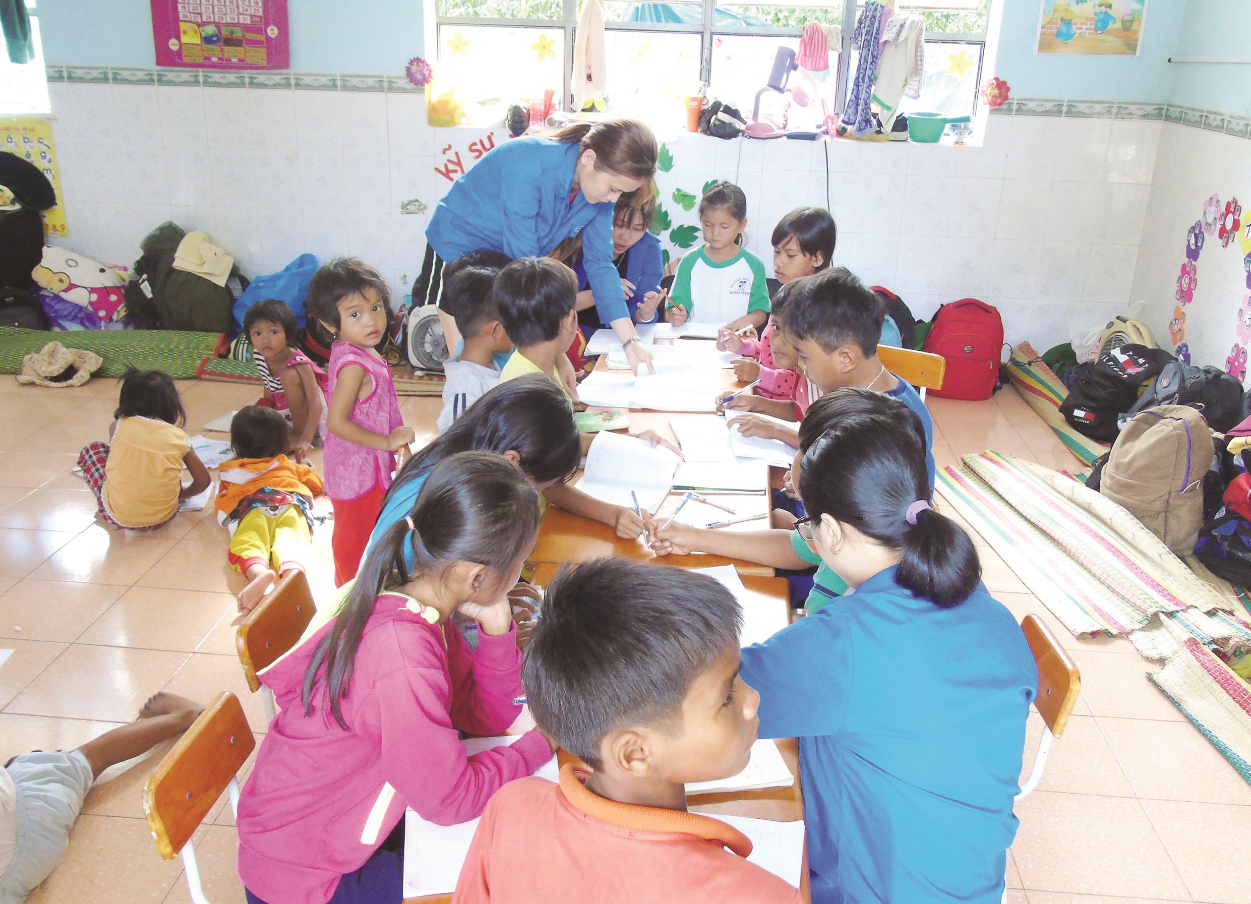 Thanh niên tình nguyện giúp học sinh DTTS rèn luyện thêm tiếng Việt trong dịp hè.
