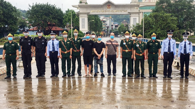 Lực lượng BĐBP Lào Cai và Công an Biên phòng tỉnh Vân Nam trao trả các đối tượng tại vạch phân định đường biên giới CKQT đường bộ Lào Cai.