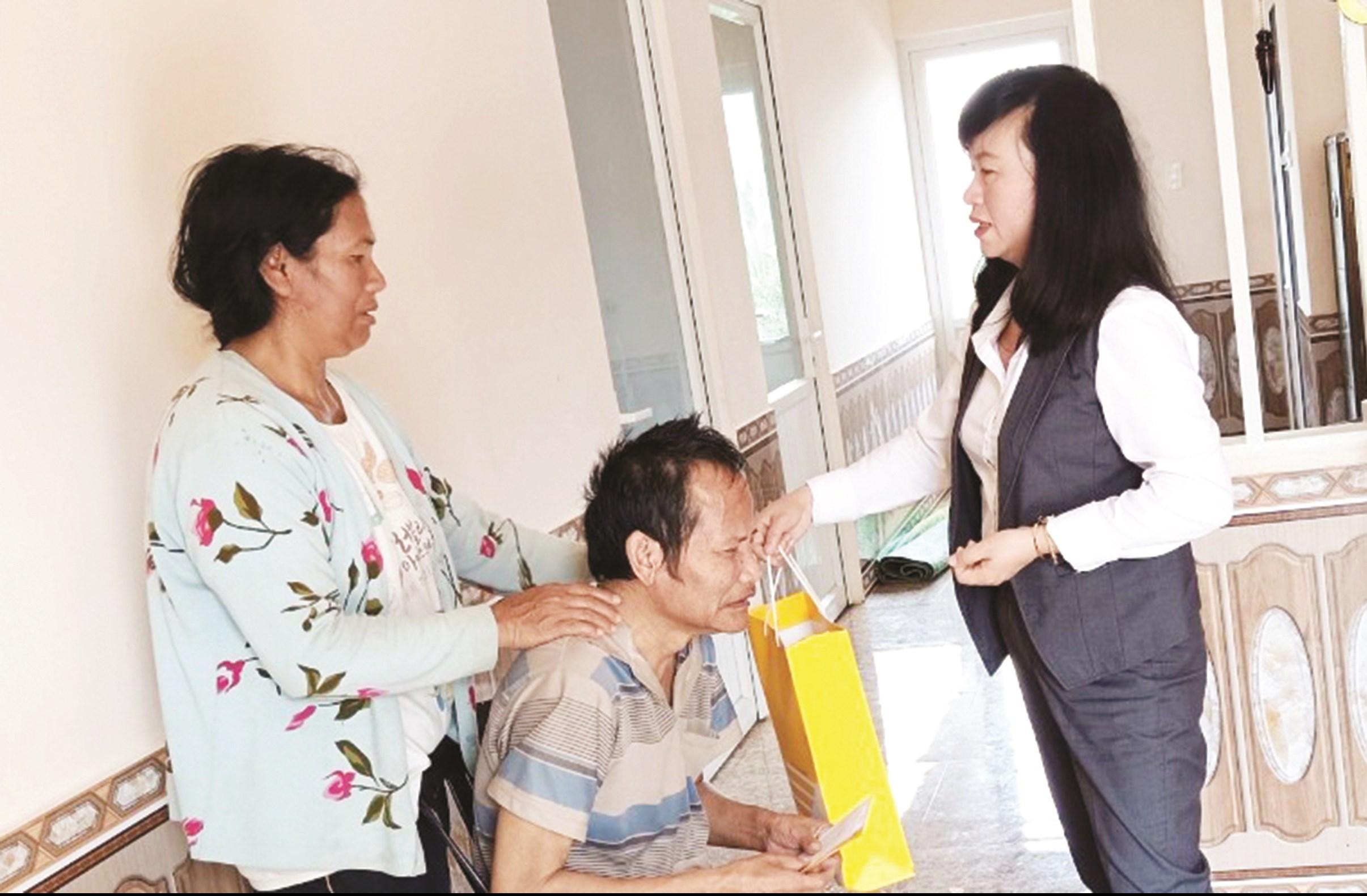Công đoàn Bưu điện tỉnh Lâm Đồng thăm hỏi tặng quà vợ chồng Anh hùng Lao động Cil Múp Ha K'riêng.
