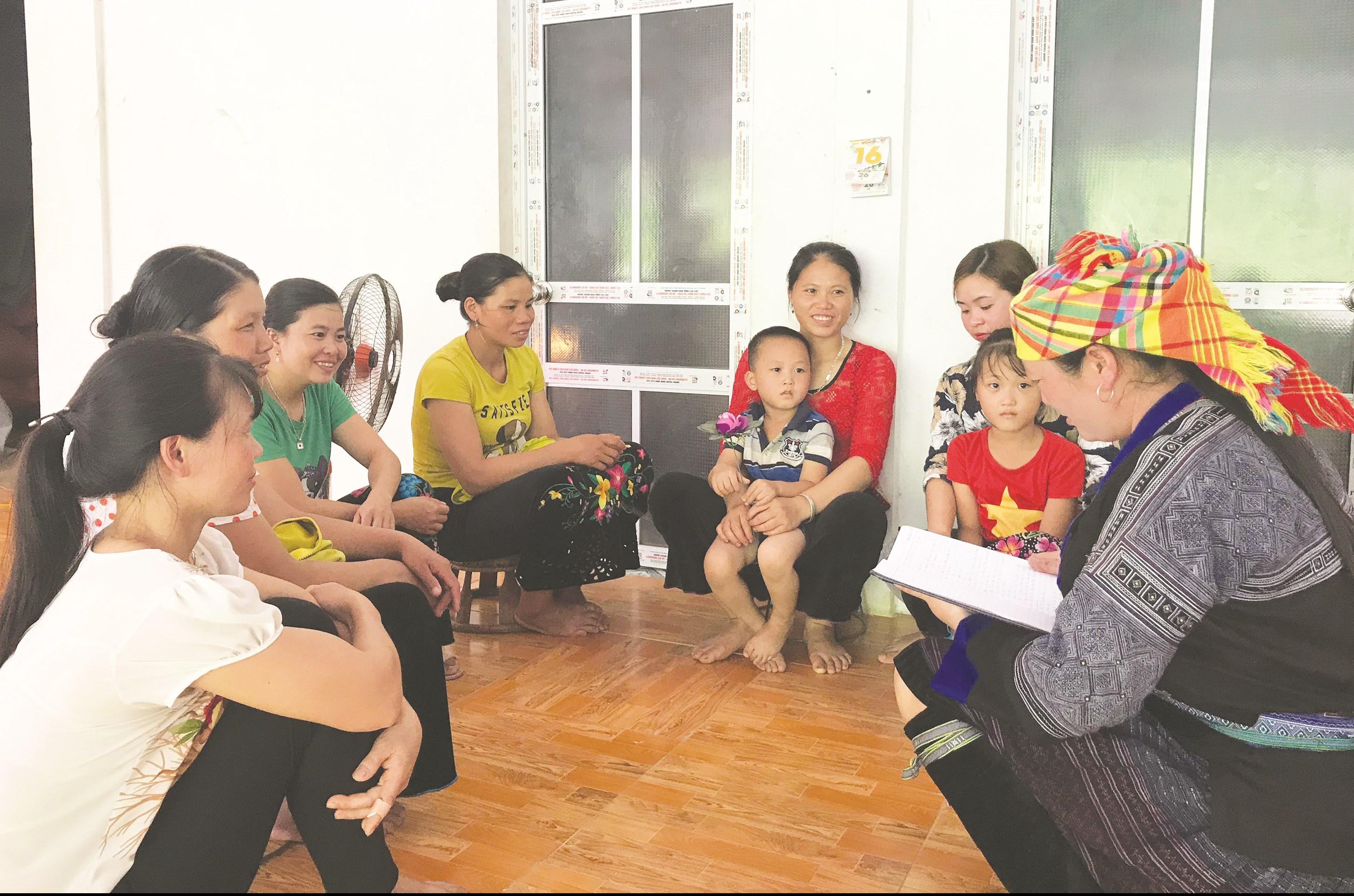 """Buổi họp của các hội viên trong CLB """"Không tảo hôn – không sinh con thứ 3"""" ở bản Lìm Thái"""