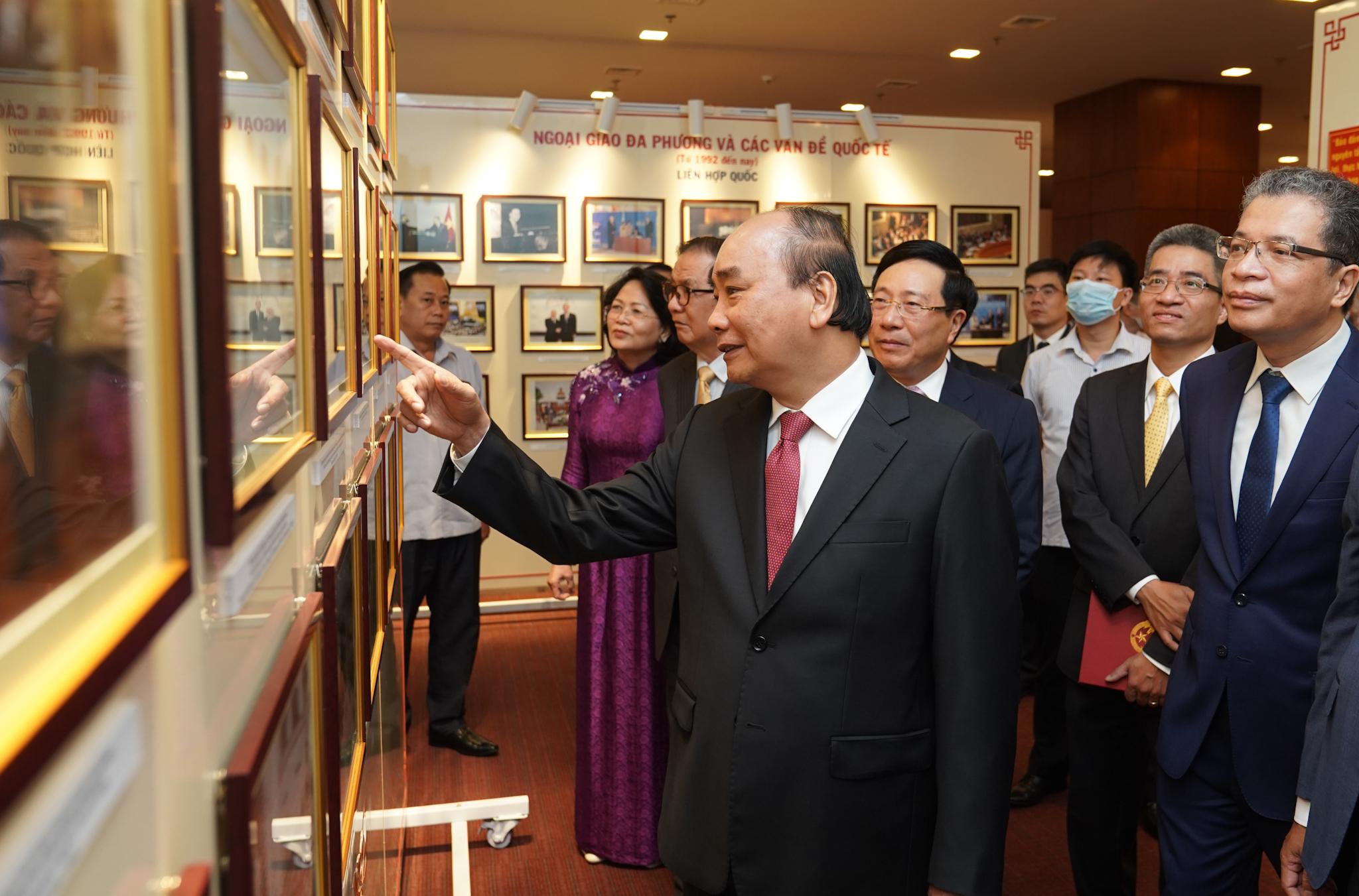 Thủ tướng Nguyễn Xuân Phúc cùng các đại biểu dự Lễ khai trương Nhà truyền thống và Bộ tranh chân dung các Bộ trưởng Bộ Ngoại giao. Ảnh VGP/Quang Hiếu