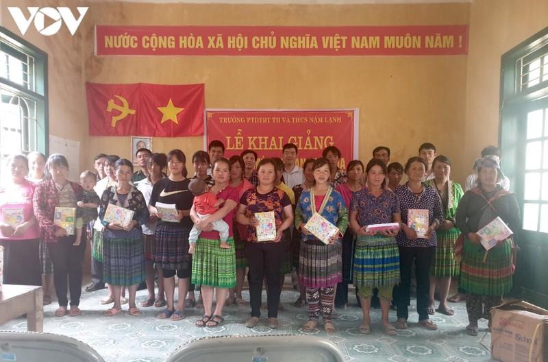 Khai giảng lớp xóa mù chữ ở bản Mông.